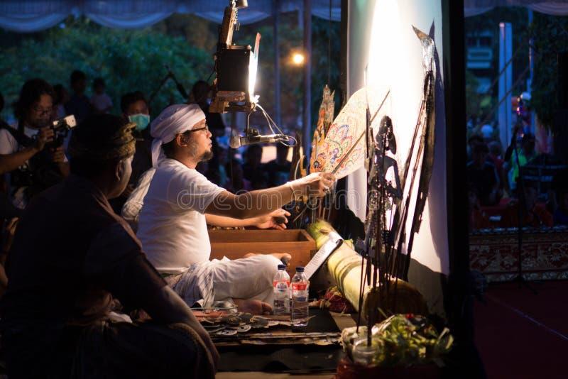 DENPASAR/BALI-, 29. DEZEMBER 2017: Wayang-kulit ist indonesische Kultur anrief Shadow Puppets Es wird von den Leuten gespielt, di lizenzfreie stockbilder