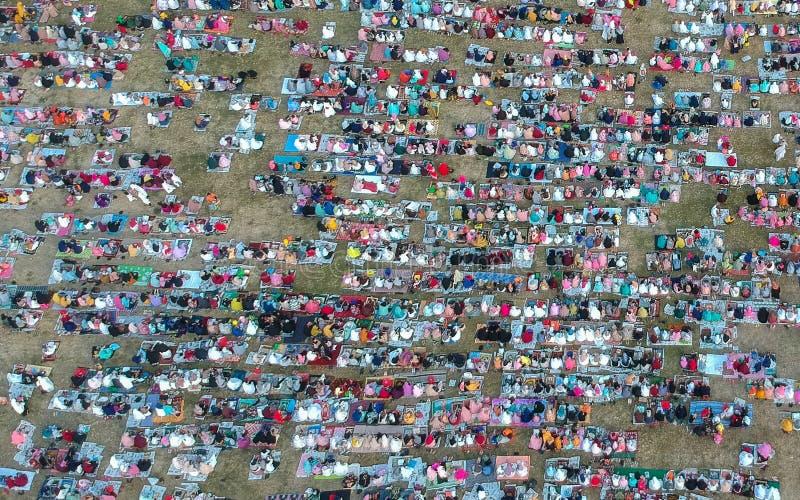 DENPASAR, BALI/INDONESIA- 5 DE JUNIO DE 2019: La visión desde el aire del rezo de Eid al-Fitr en 2019 en el campo de Puputan Reno foto de archivo libre de regalías