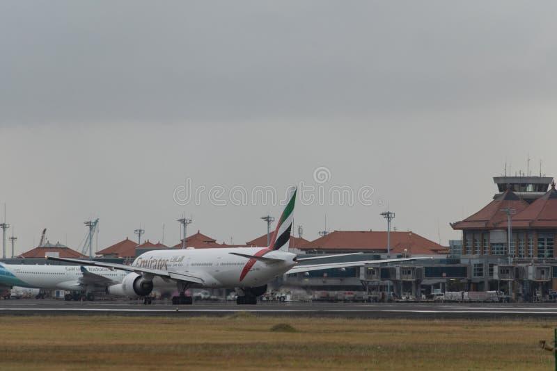 DENPASAR,BALI/INDONESIA-GIUGNO 2019: L'aereo della linea aerea Emirates si prepara per il rullaggio, dopo l'atterraggio all'aerop fotografie stock