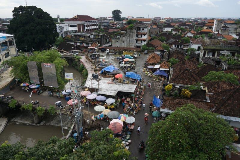 DENPASAR BALI/INDONESIA-JANUARY 16 2018: atmosfären av kumbasarimarknaden i staden av Denpasar som är lokaliserat närgränsande royaltyfria bilder