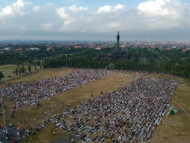 DENPASAR BALI/INDONESIA-JUNE 05 2019: Sikten från luften av den Eid al-Fitr bönen i 2019 på det Puputan Renon fältet Eid Prayers fotografering för bildbyråer