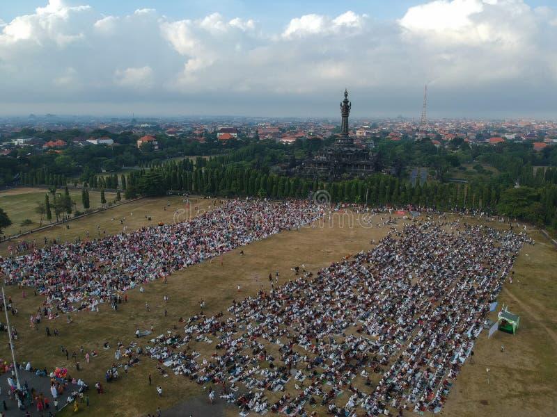 DENPASAR, BALI/INDONESIA- 5. JUNI 2019: Die Ansicht von der Luft des Eid al-Fitr-Gebets im Jahre 2019 an Feld Puputan Renon Eid P stockbild