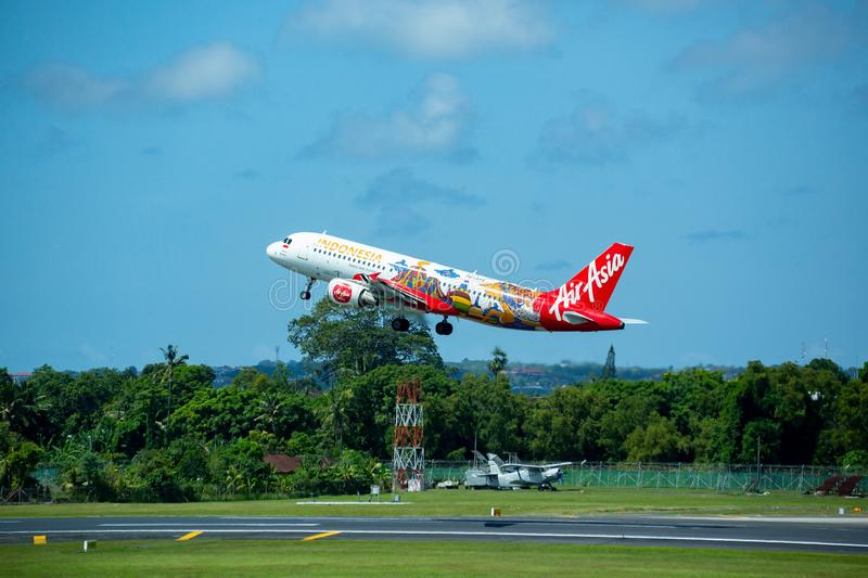 Denpasar, Bali, Indonesien - 30. April 2019: Air- Asiaflugzeug, das an internationalem Flughafen Ngurah Rais sich entfernt lizenzfreies stockbild