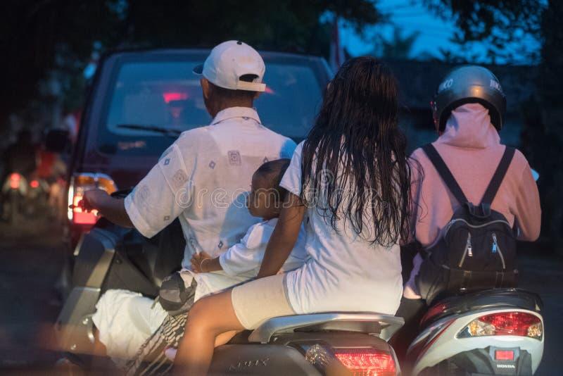 DENPASAR BALI, INDONESIEN - AUGUSTI 15, 2016 - tilltäppt trafik för Indonesien ö royaltyfria bilder