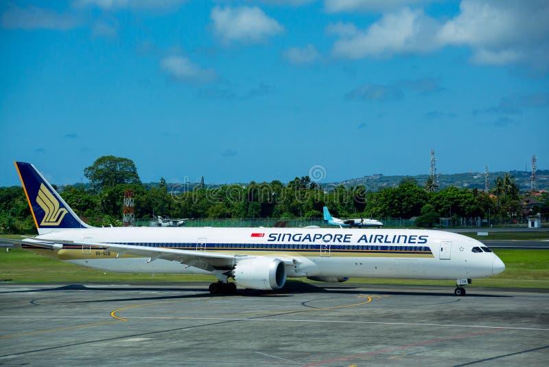 Denpasar, Bali Indonezja, Kwiecień, - 30, 2019: Singapore Airlines samolot przy Ngurah Rai lotniskiem międzynarodowym obrazy stock