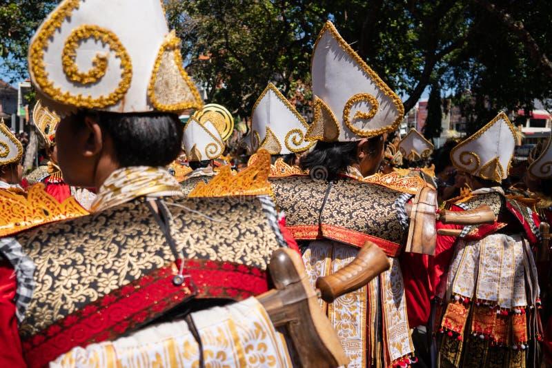 DENPASAR/BALI-JUNE 15 2019: Baris Gede tancerze uszeregowywają narządzanie dla przedstawienia przy ceremonią otwarcią Bali sztuki obraz royalty free