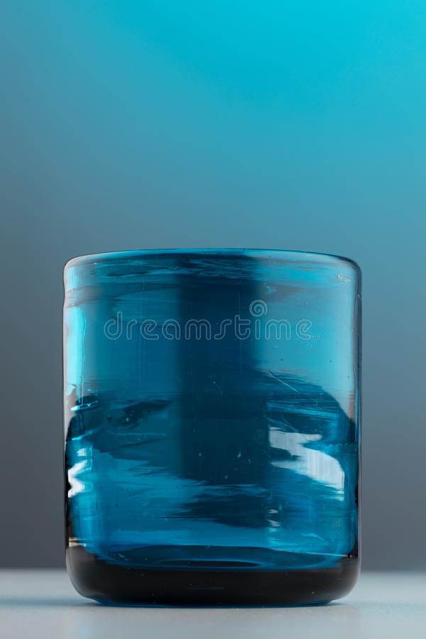 Densamente aislado vidrio azul vacío foto de archivo libre de regalías