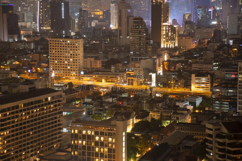Densité de Bangkok résidentielle la nuit photos stock