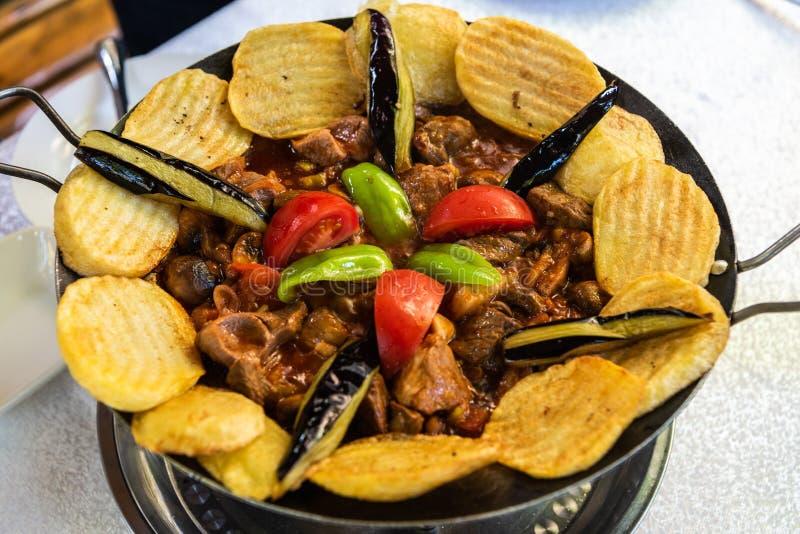 denstekte säckmaträtten med kött, grönsaker, champinjoner och potatis, tjänade som på en hotplate i Azerbajdzjan royaltyfria bilder