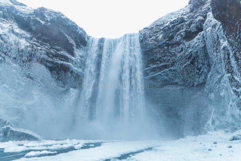 dentäckte härliga sikten av den sceniska Skgafoss vattenfallet och vaggar royaltyfria foton