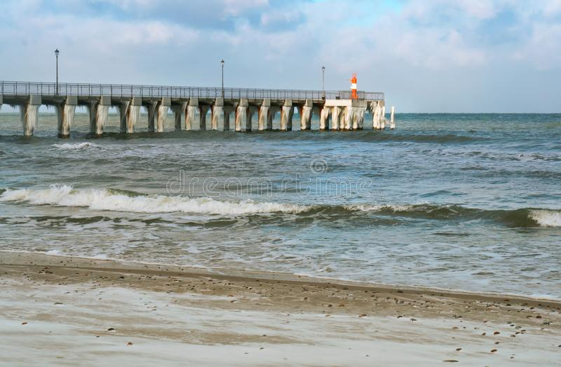 Dentäckte promenaden, istappar på havspir arkivbild