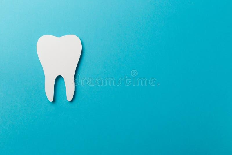 Dent blanche sur le fond bleu avec l'espace de copie photos stock