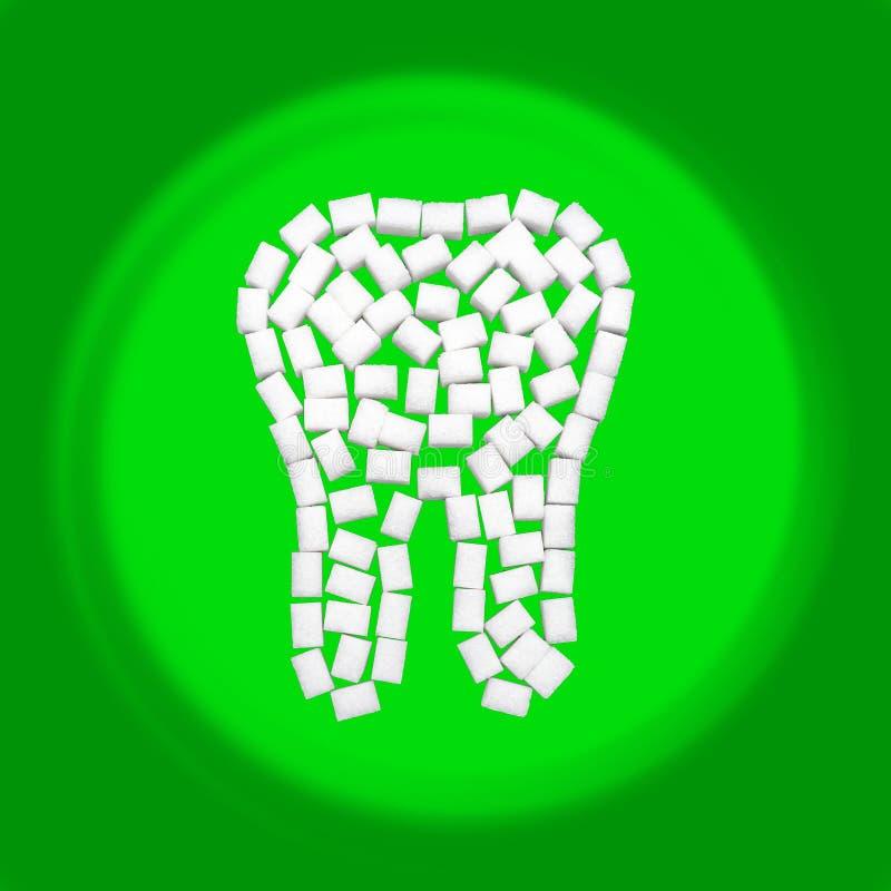 Dente branco saudável do açúcar na frente do fundo verde foto de stock royalty free