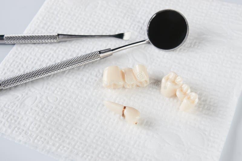 Dente de sabedoria removido no guardanapo branco e no equipamento dental imagens de stock