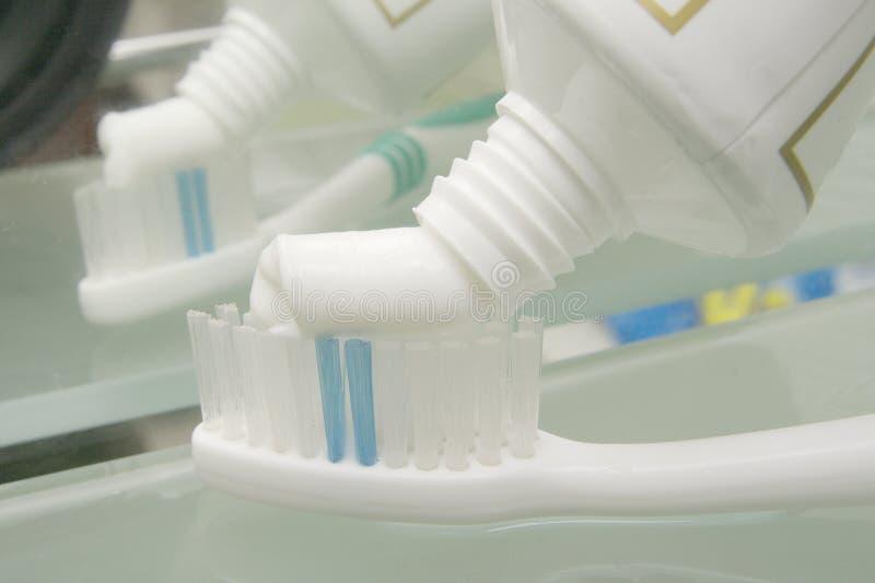 dente dell'inserimento della spazzola fotografia stock libera da diritti