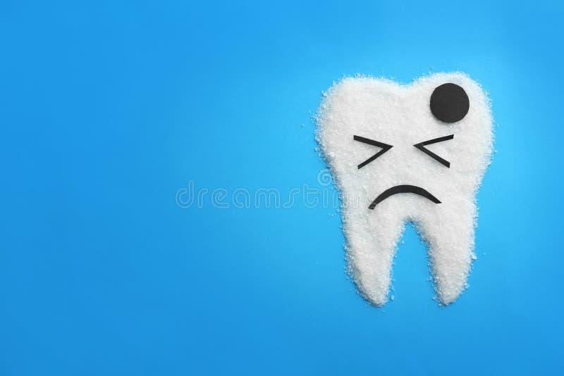 Dente molare fatto di zucchero sul fondo di colore Concetto sano dei denti fotografia stock libera da diritti