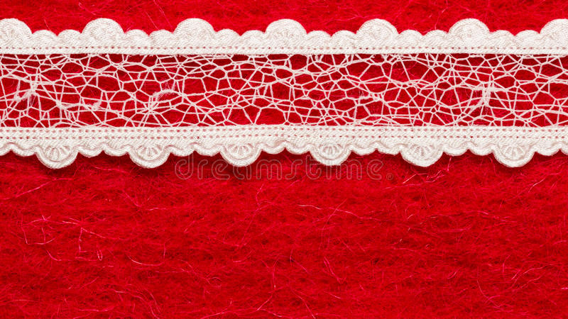 Dentelle blanche de vintage au-dessus de fond rouge photographie stock libre de droits