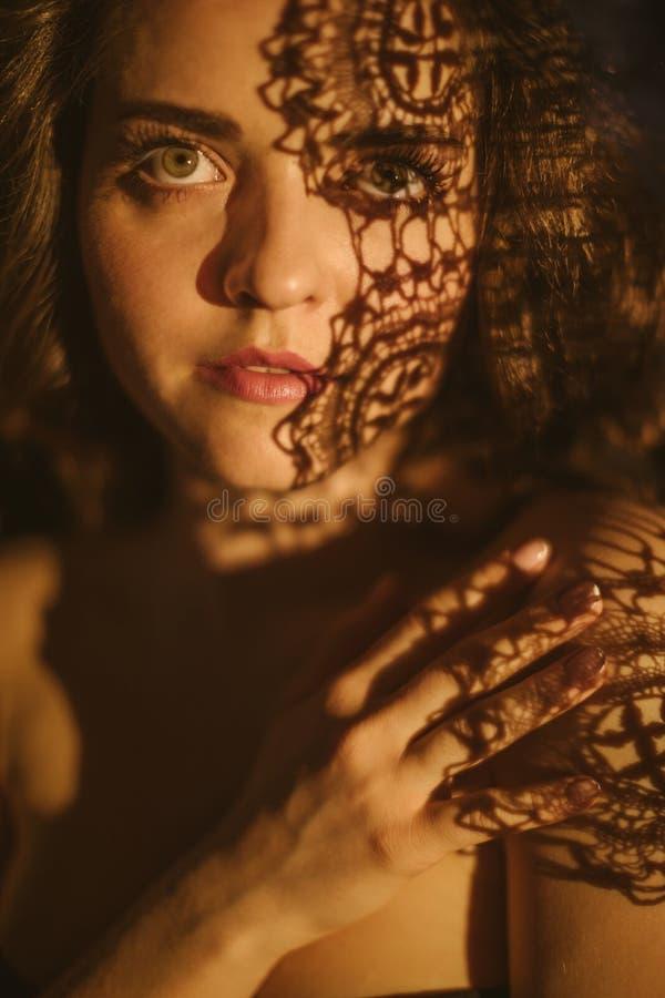 Dentelle et ombres Portrait sexy sensuel d'une jeune femme Beau long cheveu Portrait psychologique dramatique photographie stock