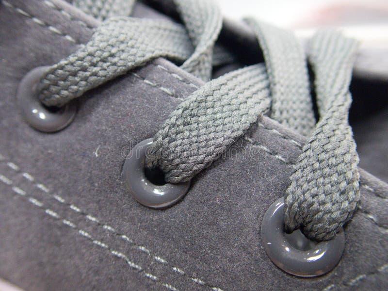 Dentelles attachées sur une chaussure foncée images libres de droits
