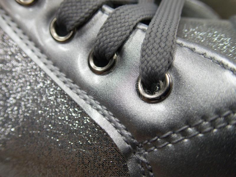 Dentelles attachées sur une chaussure foncée image stock