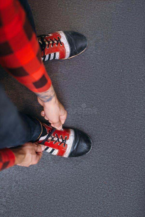 Dentelles de liens de lanceur sur des chaussures de maison, vue supérieure image stock