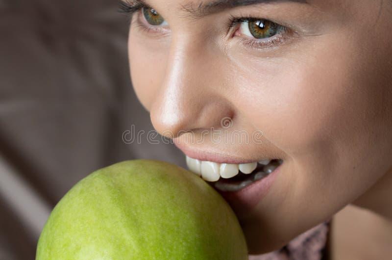 Dentes brancos Apple verde fora mordido Conceito MÉDICO Saúde e beleza foto de stock royalty free