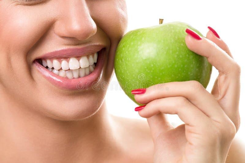 Dentes brancos saudáveis imagem de stock