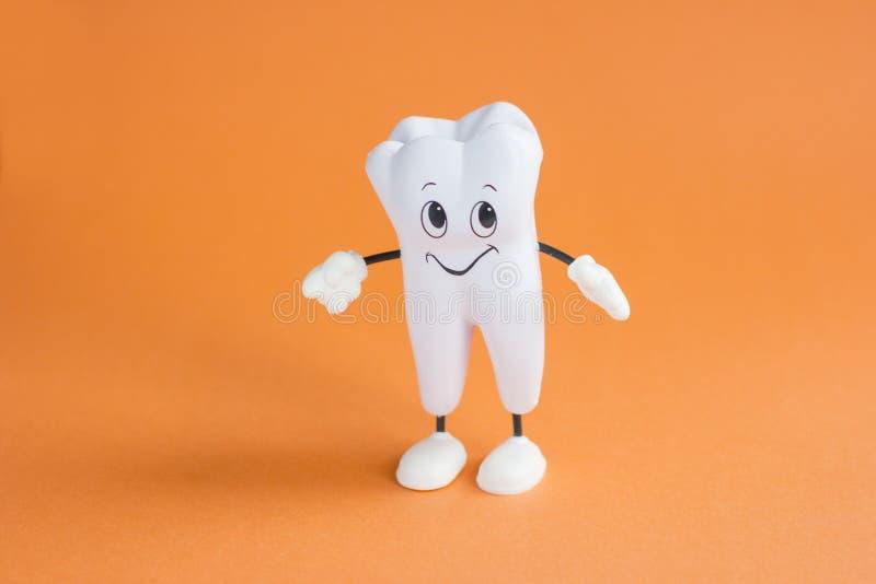 Dentes brancos saudáveis em um fundo alaranjado imagem de stock royalty free