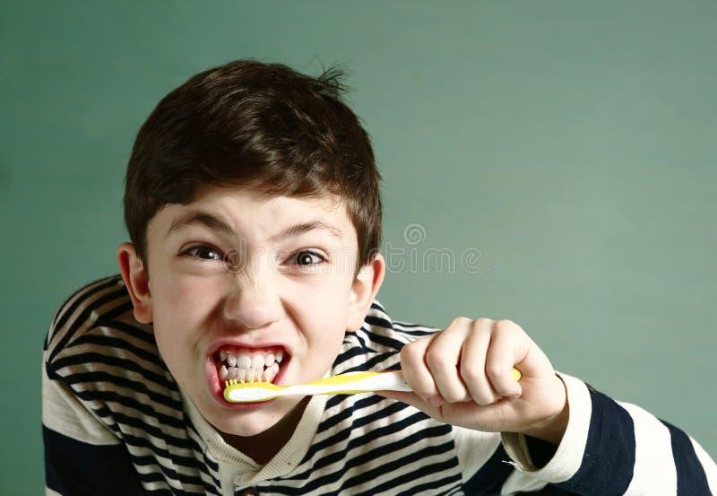 Dentes consideráveis da escova do menino do Preteen imagem de stock