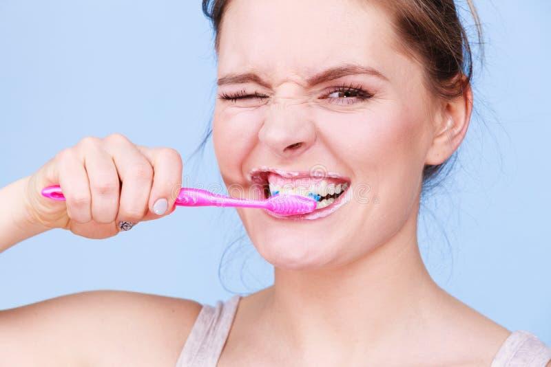 Dentes da limpeza de escovadela da mulher fotografia de stock