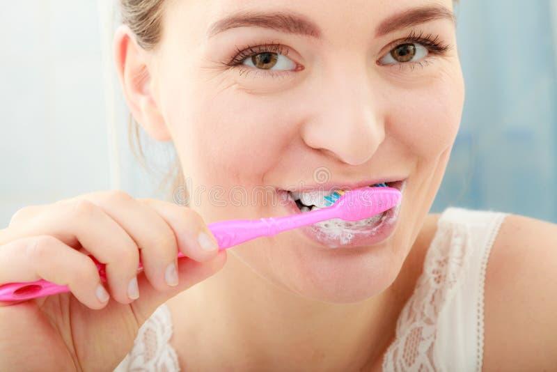 Dentes da limpeza de escovadela da mulher Higiene oral imagens de stock royalty free