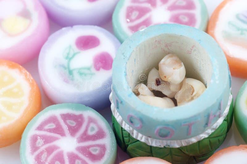 Dentes de bebê e doces dos doces imagens de stock royalty free