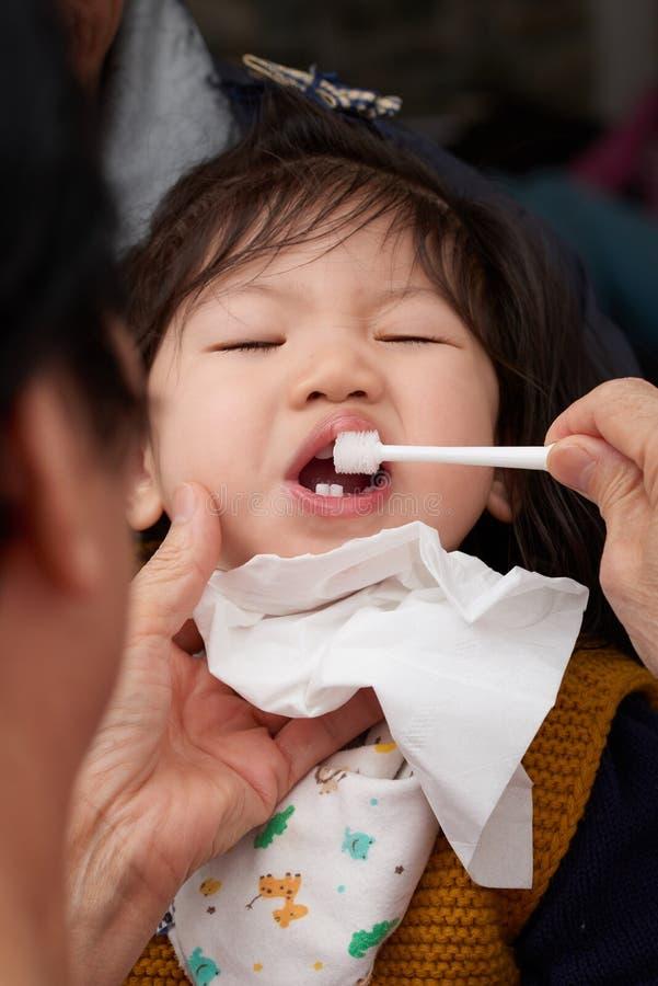 Dentes de escovadela da criança do bebê antes do sono imagens de stock