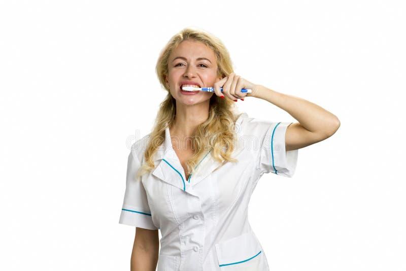Dentes de escovadela da jovem mulher fotografia de stock