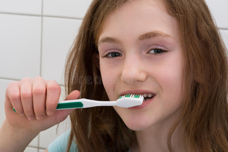 Dentes de escovadela da menina fotografia de stock royalty free