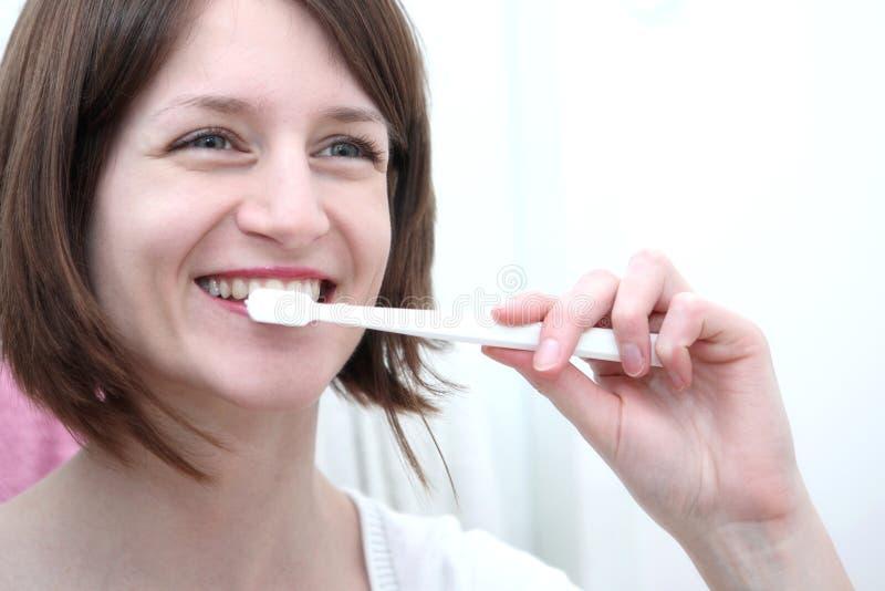 Dentes de escovadela da mulher fotografia de stock