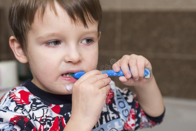 Dentes de escovadela do menino da criança Bebê pequeno com escova de dentes fotos de stock royalty free
