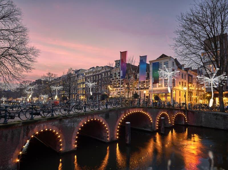 Dentes-de-leão do festival da luz de Amsterdão que flutuam no Herengracht foto de stock royalty free