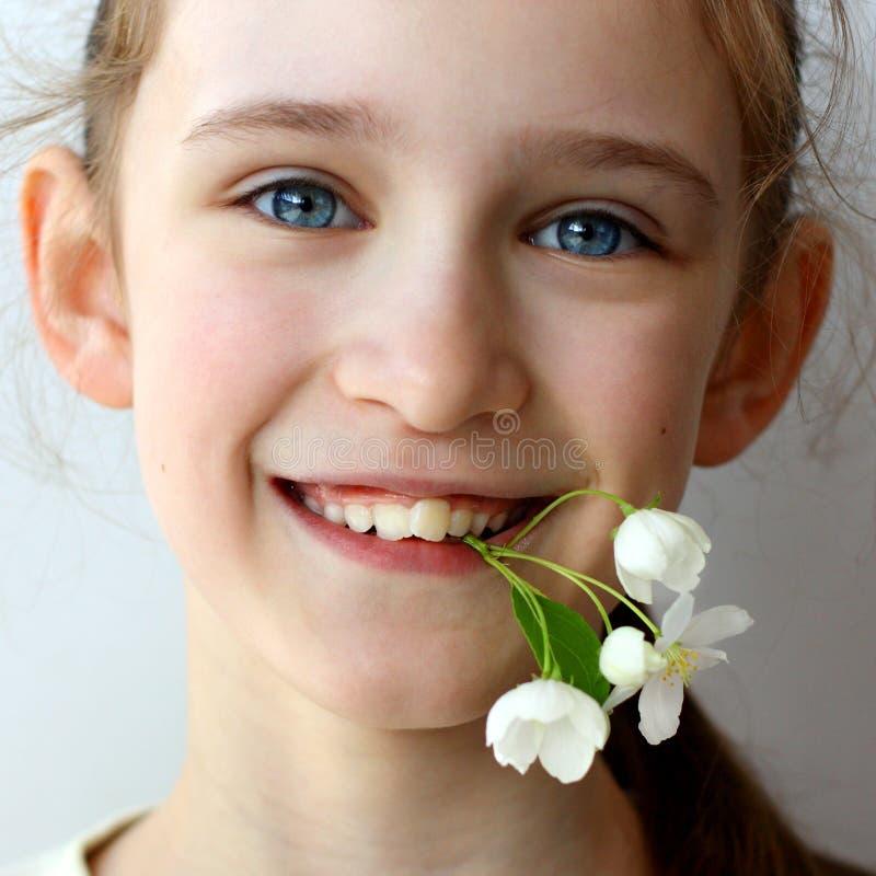 Dentes problem?ticos em uma menina bonita nova Raz?o da fileira da curva visitar o dentista e o orthodontist imagem de stock