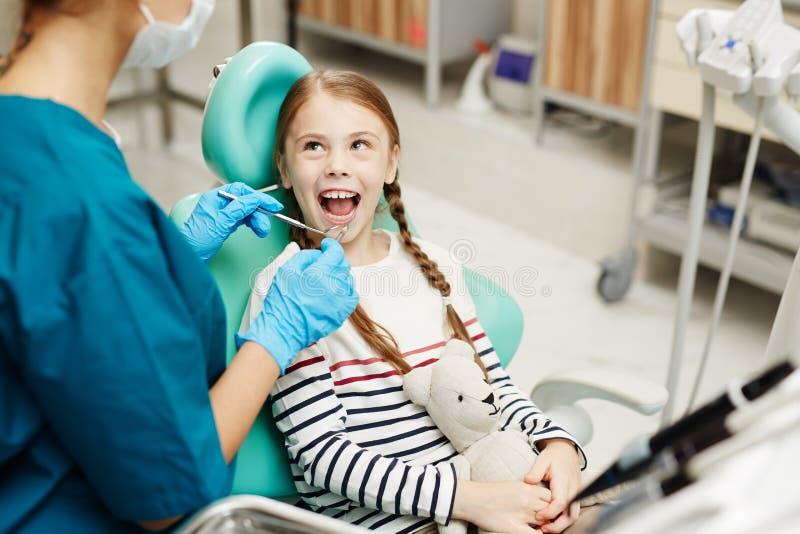 Denti d'esame dei bambini del dentista fotografia stock libera da diritti