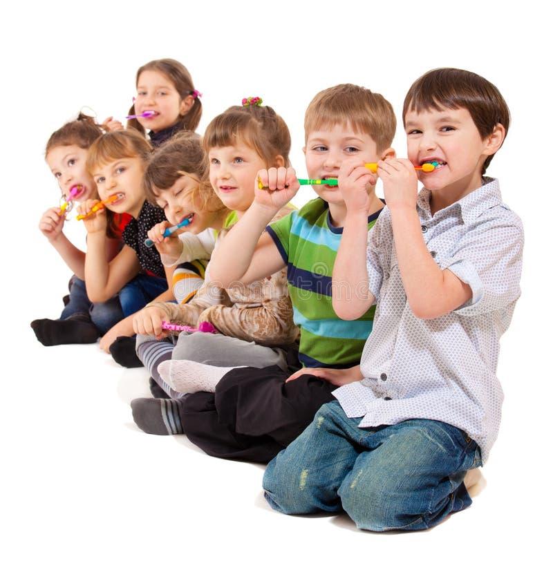 Denti di pulizia del gruppo dei bambini immagini stock