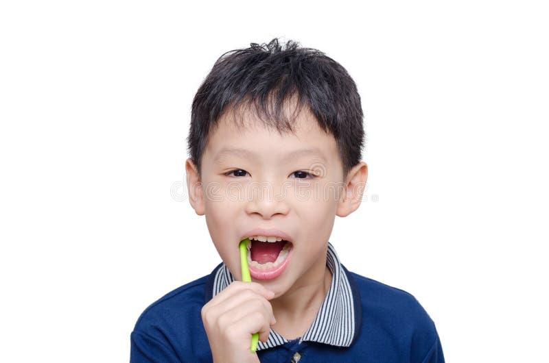 Denti di pulizia del ragazzo dallo spazzolino da denti fotografia stock libera da diritti