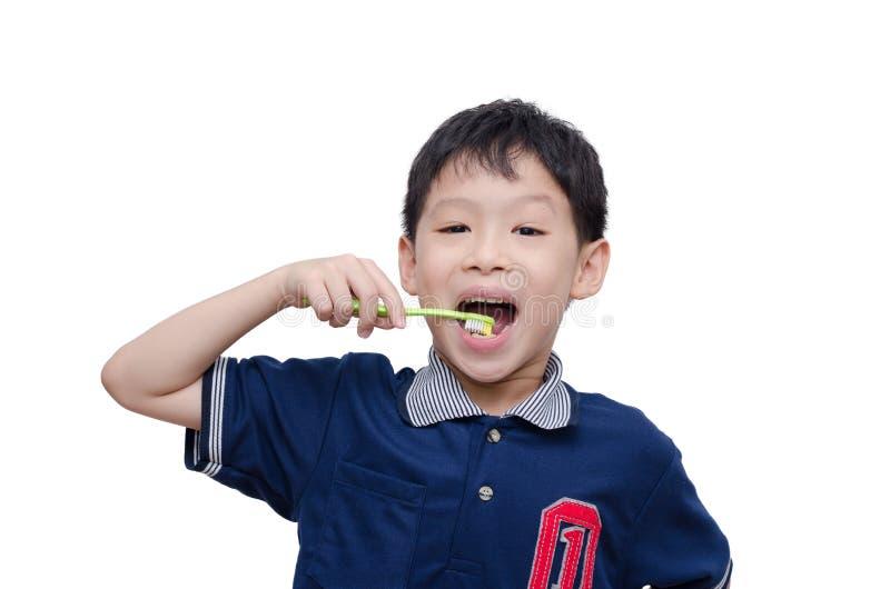 Denti di pulizia del ragazzo dallo spazzolino da denti fotografia stock