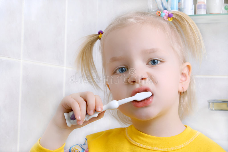 Denti di spazzolatura del bambino fotografie stock libere da diritti