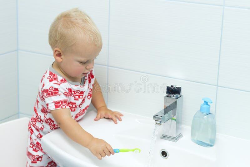 Denti di spazzolatura del ragazzo sveglio del bambino Denti che puliscono, cure odontoiatriche neonato adorabile che lava su immagini stock
