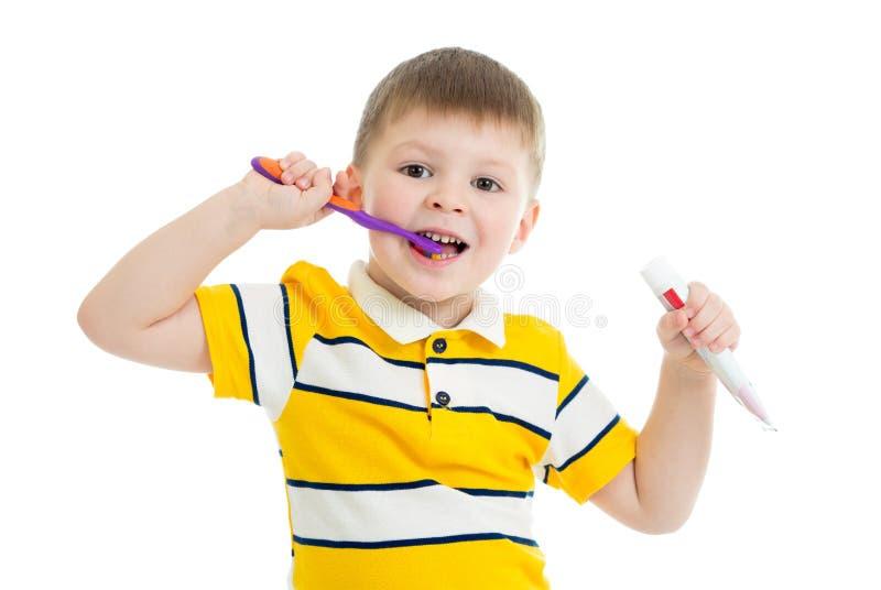 Denti di spazzolatura del ragazzo sveglio del bambino, isolati su bianco immagine stock