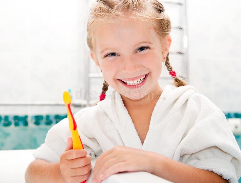 Denti di spazzolatura della bambina immagini stock libere da diritti