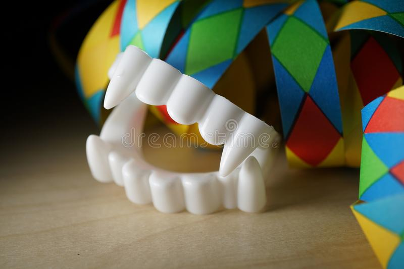 Denti falsi del vampiro per il carnevale fotografie stock libere da diritti