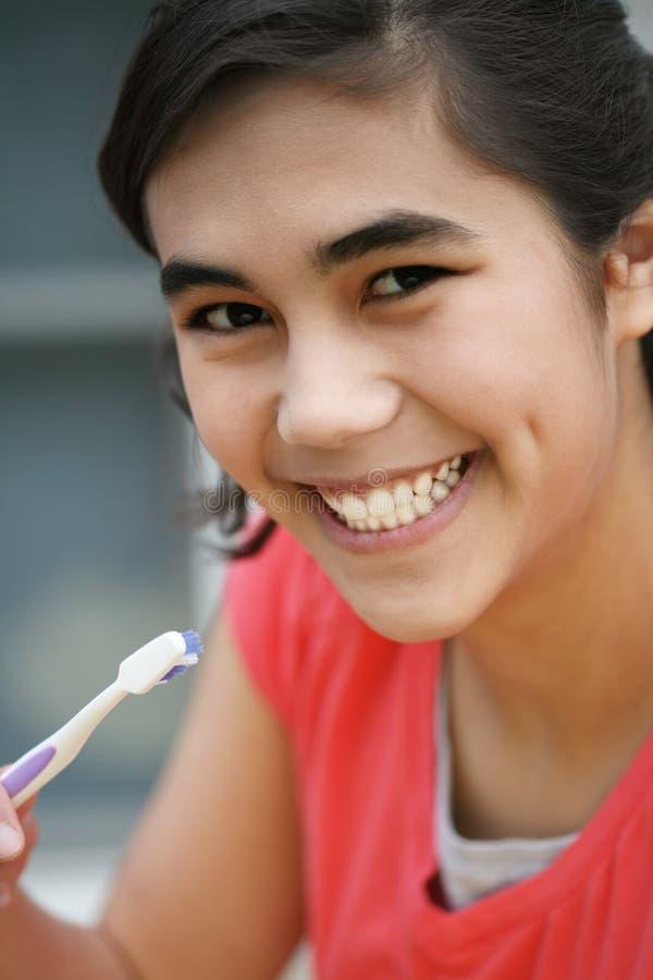 denti teenager di spazzolatura fotografia stock