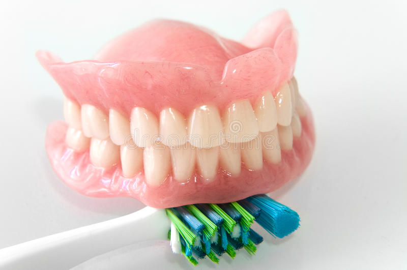 Dentiers avec la brosse à dents photo libre de droits